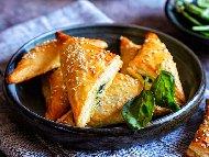 Триъгълни бутер банички със спанак и сирене